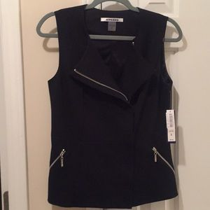 NWT black zip up vet with cute pleated back!